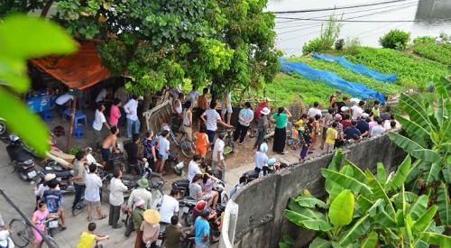 Người dân tập trung theo dõi vụ việc rất đông.