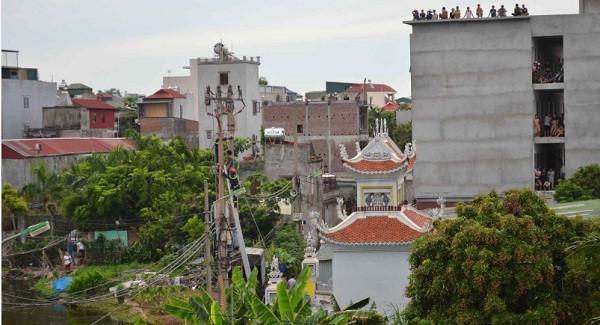 Cảnh sát leo lên cột điện giải cứu nam thanh niên.