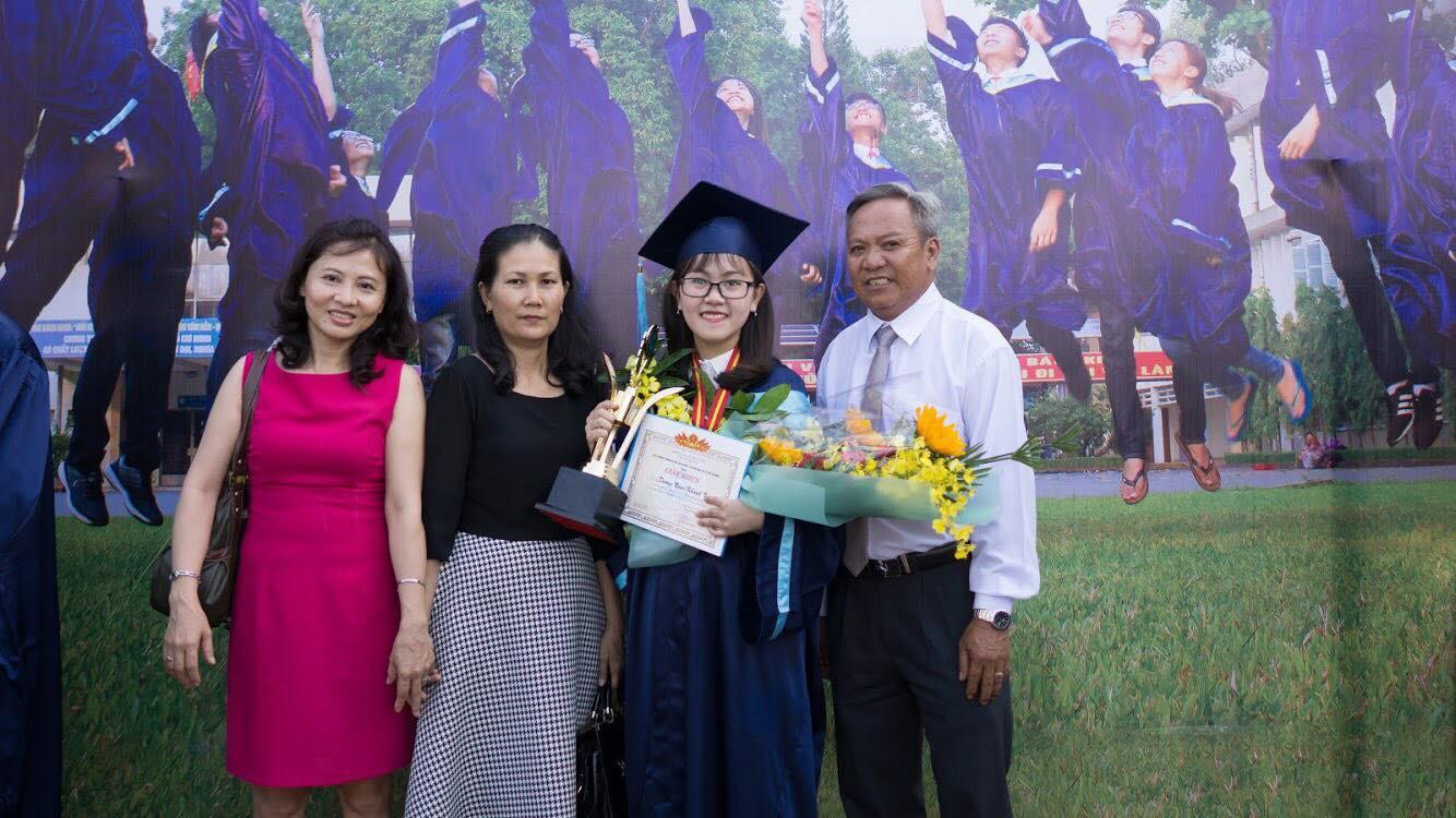 Gia đình đến chung vui cùng Vy trong ngày tốt nghiệp