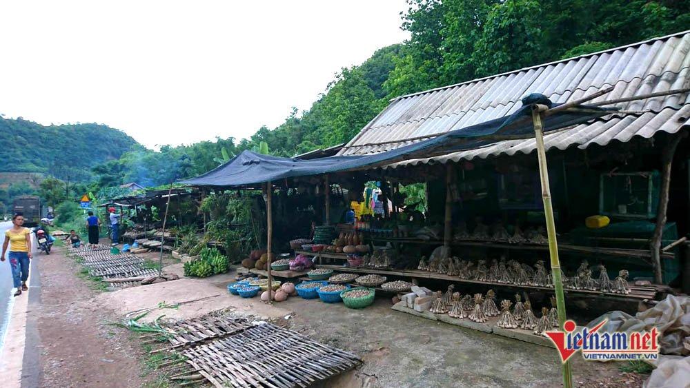Sạp hàng tỏi dọc quốc lộ 6 đoạn qua xã Chiềng Đông, Yên Châu