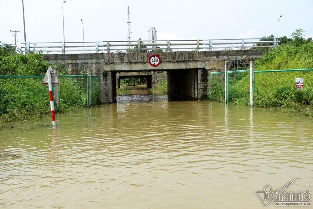 Nhiều hầm vẫn ngập sâu, người dân không dám đi qua mà phải đi đường vòng