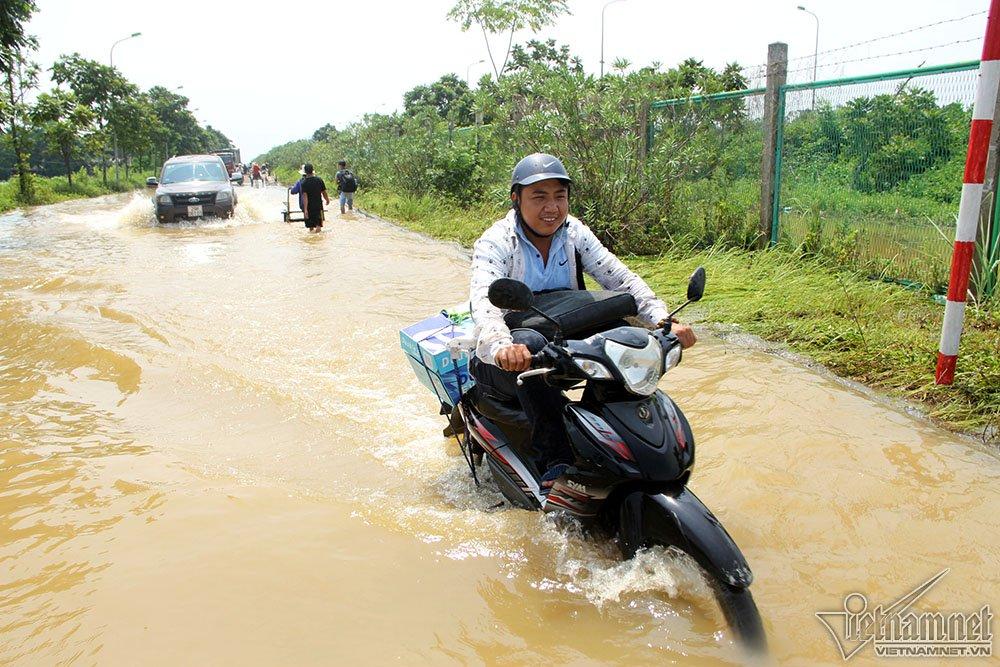 Một số người cố gắngđi xe máy qua chỗ ngập