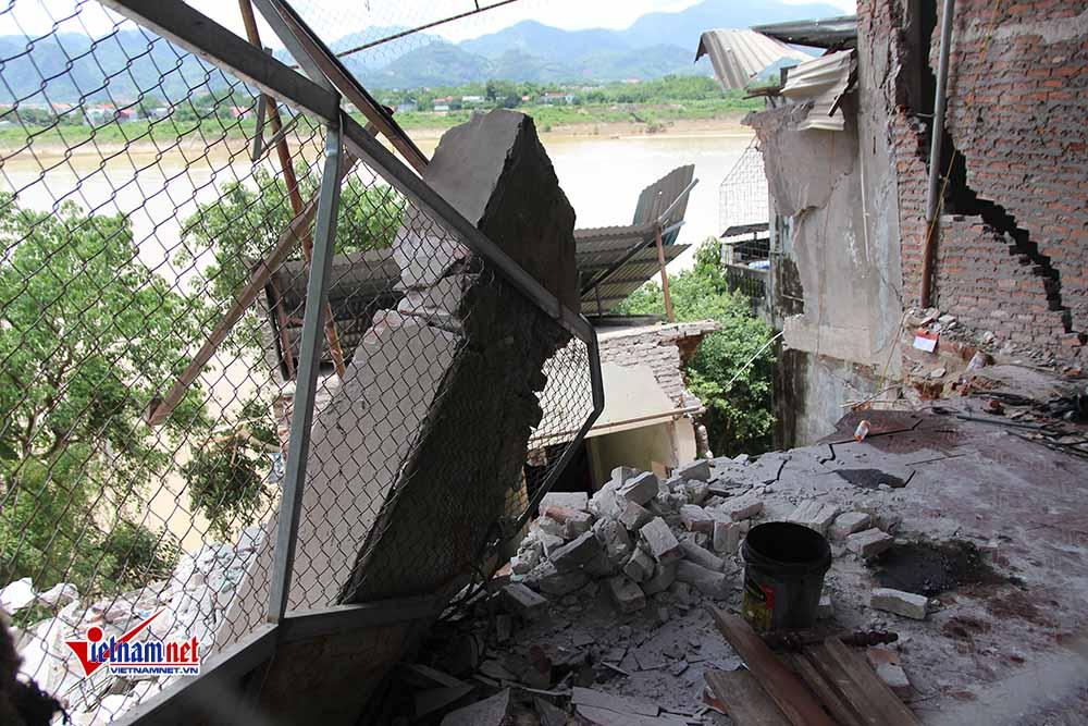 Một căn nhà lọt thỏm dưới dòng sông Đà, trơ lại phần móng, cổng nhà