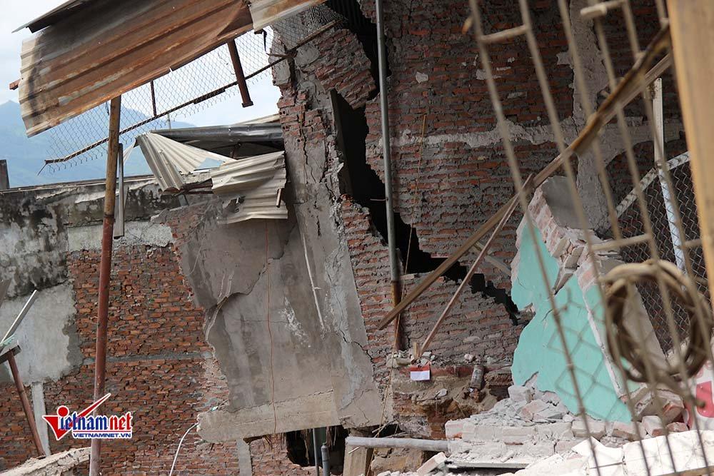 Căn nhà cao tầngbị xé toạc, chực đổ xuống