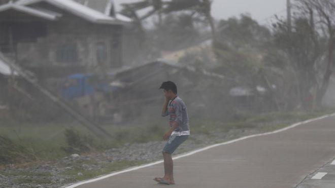 Người dân Philippines chống chọi với cơn bão lớn nhất thế giới năm 2018. Ảnh: EPA