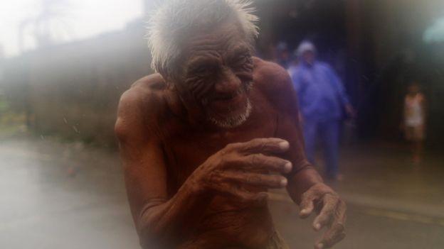 Một cụ già ở Aparri, đảo Luzon, Philippines. Ảnh: EPA