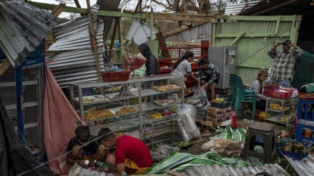 Người dân Gattaran tìm kiếm những gì còn dùng được sao bão. Ảnh: Getty Image