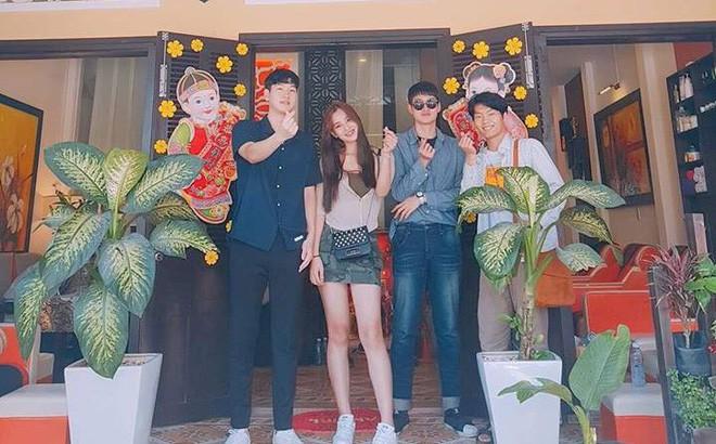 Tiểu Vy chụp ảnh cùng bạn bè trước cửa căn nhà của cô ở Hội An.