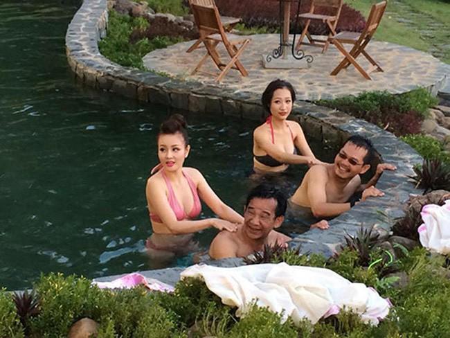 Ngọc My My (bikini hồng) đóng cùng Quang Tèo và Trung Hiếu trong một cảnh quay khá nóng bỏng ở bể bơi.