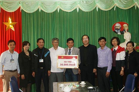 Lãnh đạo Đảng ủy Khối các cơ quan tỉnh và Agribank Chi nhánh tỉnh Sơn La  trao tiền hỗ trợ trường Tiểu học và THCS Tà hộc (Mai Sơn).