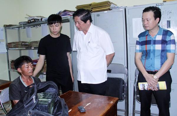 Giám đốc Công an tỉnh Lào Cai (áo trắng) trực tiếp chỉ huy chuyên án.