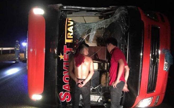 Chiếc xe l.ật nghiêng hư hỏng nặng.