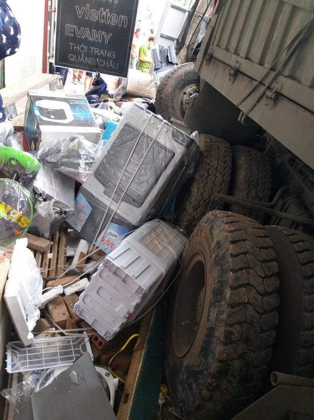 Vụ tai nạn khiến hàng loạt hàng hoá, trang thiết bị của nhà dân bên đường hư hỏng nghiêm trọng. Anh Pháp ước tính thiệt hại ban đầu lên tới 800 - 900 triệu.