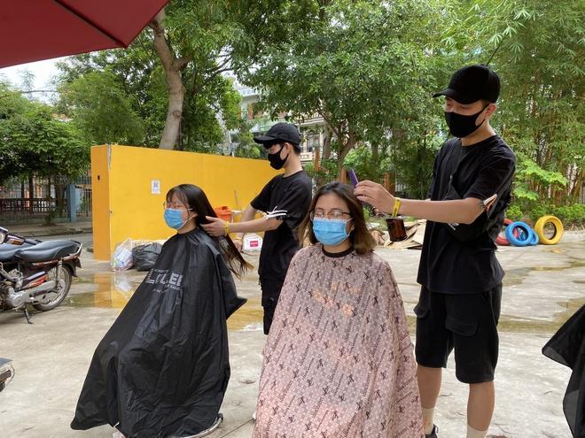 Ông chủ salon và nhân viên cắt tóc miễn phí cho các nhân viên y tế Bắc Giang.
