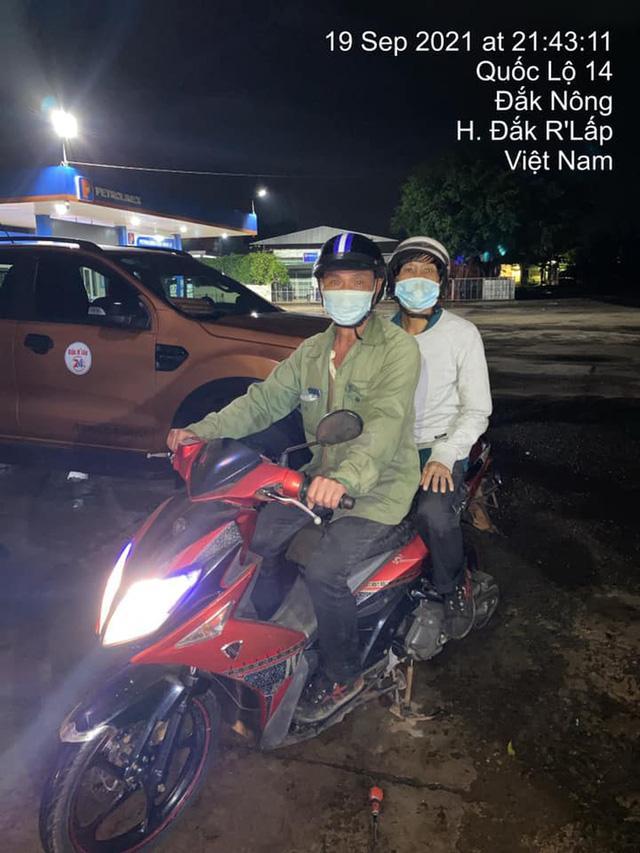 Chiếc xe máy mới giúp 2 anh em vượt quãng đường dài, về đến nhà kịp thời