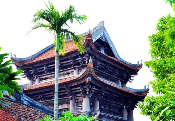 Độc đáo nhất là Gác chuông được làm theo dạng thức chồng diêm cổ các, hoàn toàn bằng gỗ, có 3 tầng, 12 mái lợp ngói mũi hài. Mỗi tầng gác chuông đều có đầu đao cong mềm mại. Đây được đánh giá là gác chuông to, đẹp nhất Việt Nam.