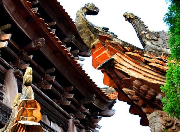 Trải qua hàng trăm năm, chùa vẫn vững chắc, giữ được nét cổ kính, hoa văn chạm khắc tinh tế.