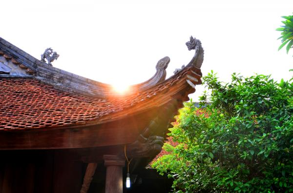 """Điểm nổi bật là các cấu kiện kiến trúc chùa được chạm khắc công phu, tinh xảo. Trên các mái chùa là chạm khắc nghê, lân... hoặc hoa văn biểu tượng """"cá chép hoá rồng"""" còn được lưu giữ nguyên vẹn..."""