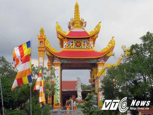 Lầu thờ tượng Phật Bà Quan Thế Âm Bồ Tát được xây dựng phía trước cửa Chánh điện với lối kiến trúc truyền thống