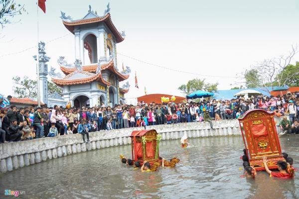 Chùa miếu ao đình là những nơi đoàn kiệu sẽ ghé đến cúng lễ và tham gia màn rước kiệu dưới nước.