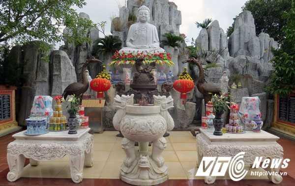 Nơi thờ tượng Phật Thích Ca Mâu Ni được bài trí khá đẹp mắt, uy nghiêm theo hướng Tây Nam, tọa trên cao sơn, với dáng tọa thiên tâm
