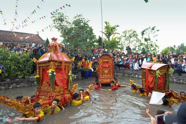 3 chiếc kiệu cùng lội xuống nước tại ao chùa.