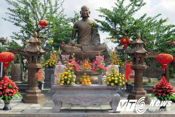 rong khuôn viên Bản Phủ có thờ tượng Phật Hoàng Trần Nhân Tông được đúc nguyên khối bằng đồng nguyên chất