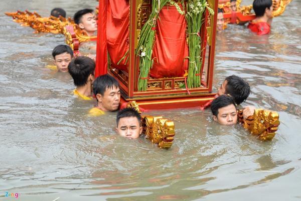 Những khu vực nước sâu ngập ngang cổ người khiêng kiệu.