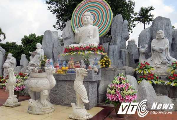 Vườn tượng tâm linh La Hán, nơi thờ Tượng Phật Tích Ca Mâu Ni cùng với các vị Phật La Hán, được các phật tử và khách thập phương cung tiến, tạc bằng đã trắng, vận chuyển từ trong TP Đà Nẵng. Các pho tượng La Hán thể hiện hình tượng hóa các đấng, bậc trên bước đường tu hành.