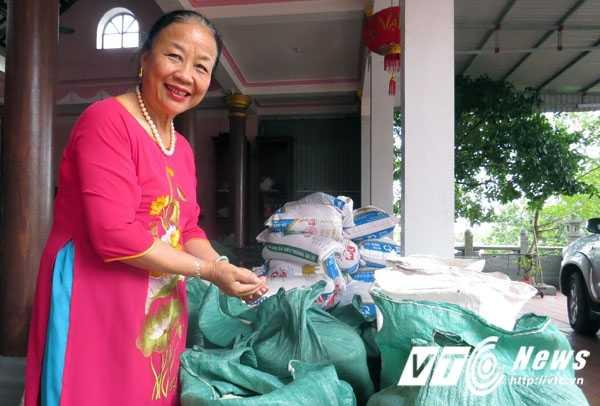 Bà Nguyễn Thị Nhỡ đang chuẩn bị chuyến hàng gồm 7 tấn gạo và nhu yếu phẩm, với giá trị khoảng gần 400 triệu đồng ủng hộ đồng bào miền Trung bị thiệt hại trong trật lũ lụt vừa qua