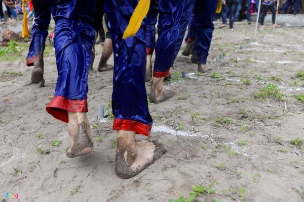 Dù đi chân trần rước kiệu lội sông hay đi vào các khu vực nhiều cọc nhọn, đất đá nhưng chưa ai bị thương tích ở chân.