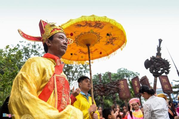 Nét độc đáo của lễ hội này là nghi thức rước kiệu dưới nước, gồm ba kiệu là Song Loan, Long Đình và Kiệu Lễ. Vị chủ hội năm Đinh Dậu là ông Nguyễn Văn Lơn (56 tuổi). Dân làng cho biết người có vinh dự này điều kiện phải trên 50 tuổi, gia đình song toàn.
