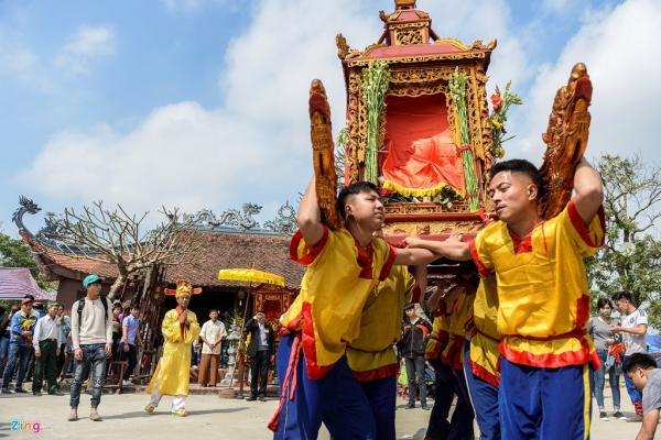 Chiếc kiệu Long Đình vẫn quay trước đến thánh mặc dù kiệu Song Loan và Kiệu Lễ đã về vị trí.