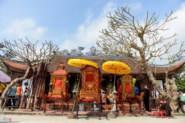 Kết thúc buổi rước, 3 kiệu được quy tụ tại đền thánh Từ Đạo Hạnh.