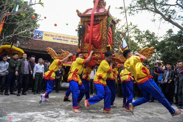 Ngày hôm trước (4/2), các cụ và sư thầy lễ để cho các phù giá là trai tráng (xã Minh Khai) rước kiệu về đình làng Thọ Lộc. Đến hôm nay chính hội, kiệu lại được đưa từ đình ra chùa.