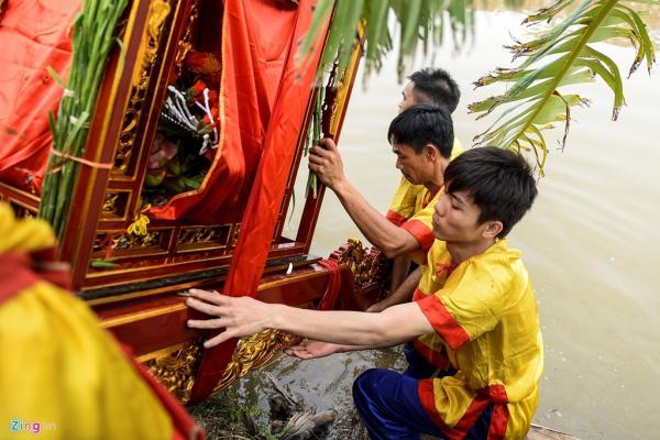Sau khi làm lễ lúc 7h tại chùa, các trai làng được chia thành 3 đội để rước kiệu. Từ hơn 100 ứng viên đăng ký rước kiệu nhưng chỉ 24 người đạt yêu cầu sau khi xin đài âm dương vào ngày mùng 6 tháng Giêng.