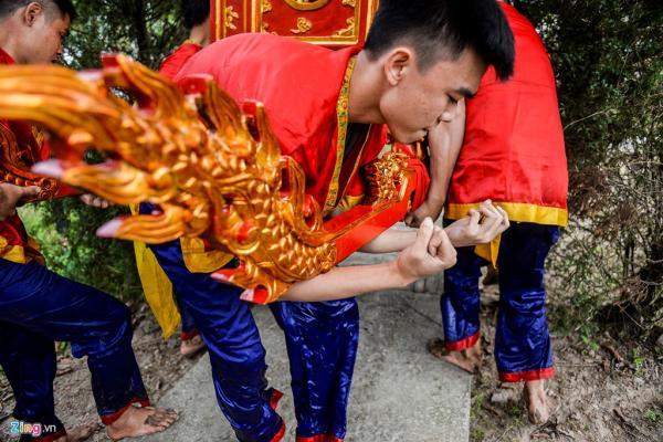 Thanh niên từ 18 tuổi trở lên mới được phép tham gia. Trong ảnh, anh Đoàn Quang Huy (sinh năm 1999) lần đầu tiên được làm thành viên rước kiệu.