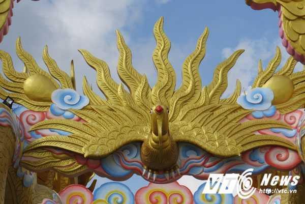 Giữa hai thân rồng là hình chim phượng hoàng đang bay đón chào quý khách