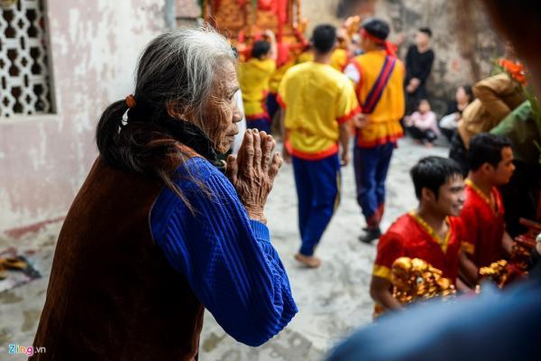 Những gia đình may mắn được kiệu ghé đến là những nhà đã từng làm chủ hội hoặc có công đóng góp cho nhà chùa như gia đình nhà bà Mùi (thôn Thọ Lộc).