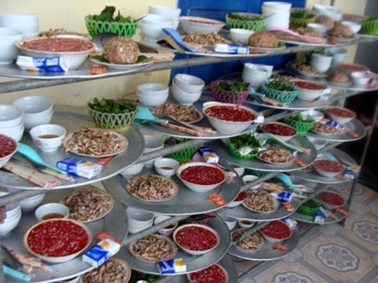 Một mâm cỗ ở làng Hống không thể thiếu 3 món thịt sống: tiết canh, thịt sống, táp
