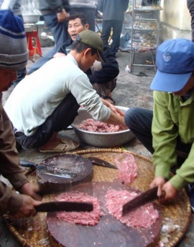 Đàn ông làng Hống đang làm món xương băm, một món không phải ai cũng làm được