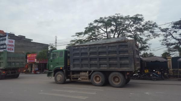 Xe quá tải nối đuôi nhau ngang nhiên qua trụ sở nhiều cơ quan chức năng huyện Tiền Hải