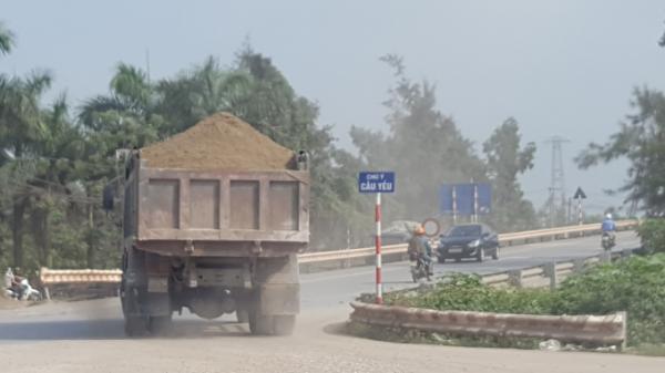 Xe quá tải vô tư vượt cầu Trà Lý qua QL37B chở hàng về Trạm trộn bê tông gần nhà máy Nhiệt điện Thái Bình