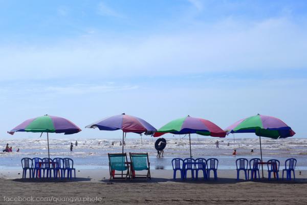 So với các bãi biển ở miền Bắc, Cồn Vành có vẻ đẹp nguyên sơ với bờ cát dài khoảng 6 km. Du khách đến đây ngoài tắm biển, còn có thể nghỉ ngơi ngay trên bờ cát và đón những cơn gió mát lành từ biển thổi vào.