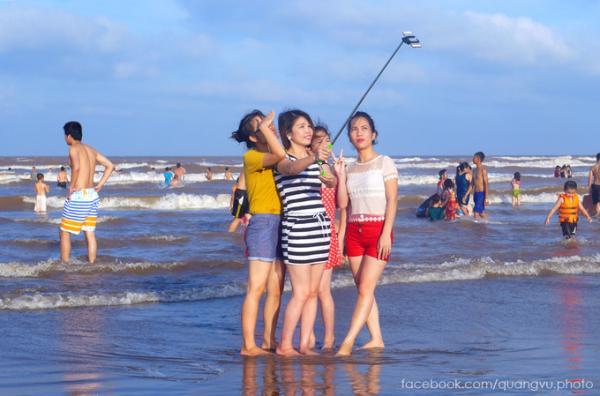 Bãi cát ở đây không chỉ trải dài mà còn thoai thoải nên nhiều bé cũng được bố mẹ đưa ra tắm biển. Nước không quá sâu và sóng vừa phải, các bạn trẻ không ngần ngại xuống tận biển để chụp ảnh lưu niệm.