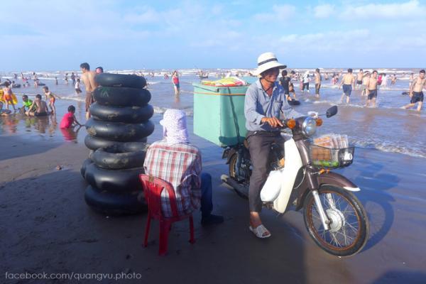 Bên cạnh các hàng quán cố định, dịch vụ bán đồ ăn lưu động cũng được phục vụ cho những khách vừa tắm xong lên bờ.