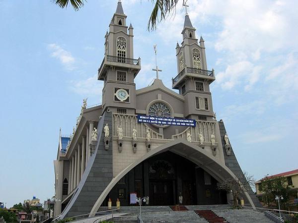 Mặt trước nhà thờ chánh tòa Thái Bình