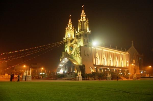Mặt trước nhà thờ chánh tòa Thái Bình về đêm