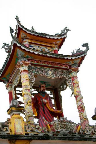 Tiểu đình và tượng trên mái chùa