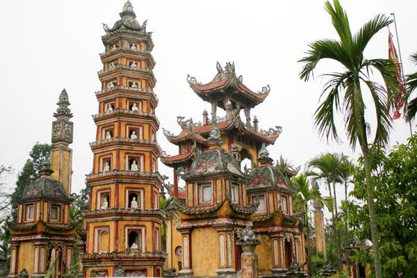 Vườn tháp trong khuôn viên của chùa